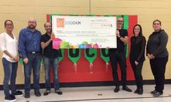 Lavery remet 12 910 $ à l'école du Versant Sainte-Geneviève de Québec dans le cadre de sa participation au Grand défi Pierre Lavoie
